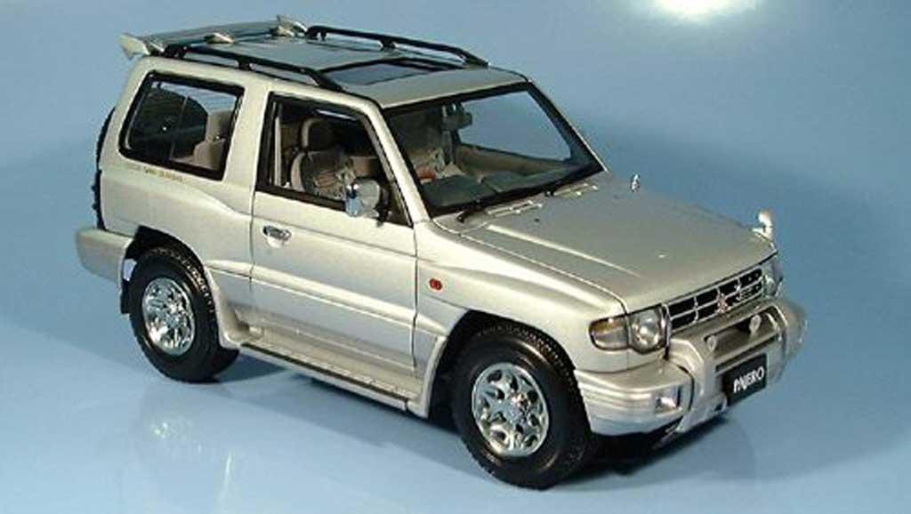 Mitsubishi Pajero 1/18 Autoart swb argent 1998 miniature