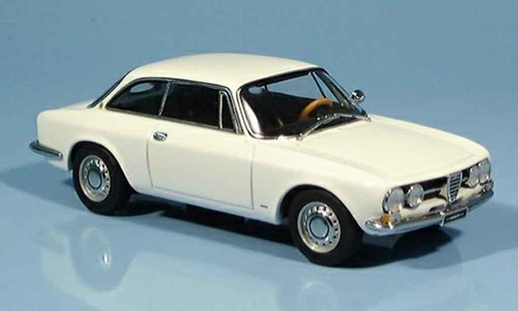 Alfa Romeo 1750 GTV 1/43 Autoart white 1967 diecast