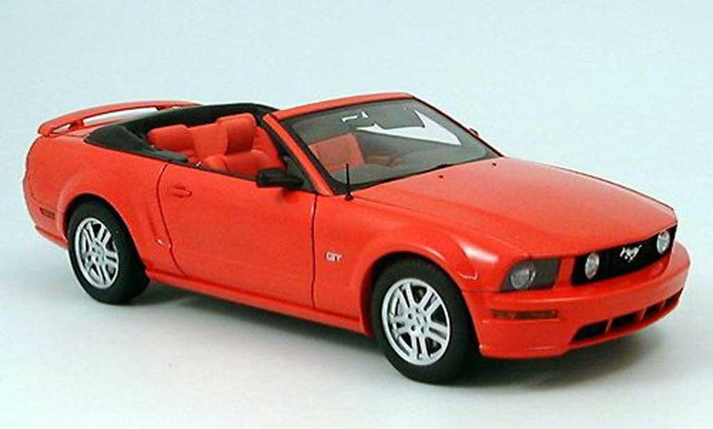 Ford Mustang 2005 1/18 Autoart gt converdeible roja miniatura