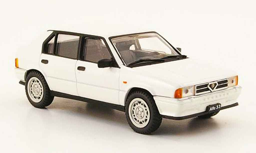 Alfa Romeo 33 1/43 Pego quadrifoglio blanche 1983 miniature