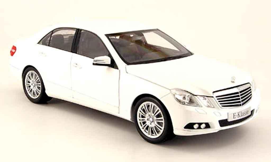 Mercedes Classe E 1/18 Minichamps (w 212) blanche 2009 miniature