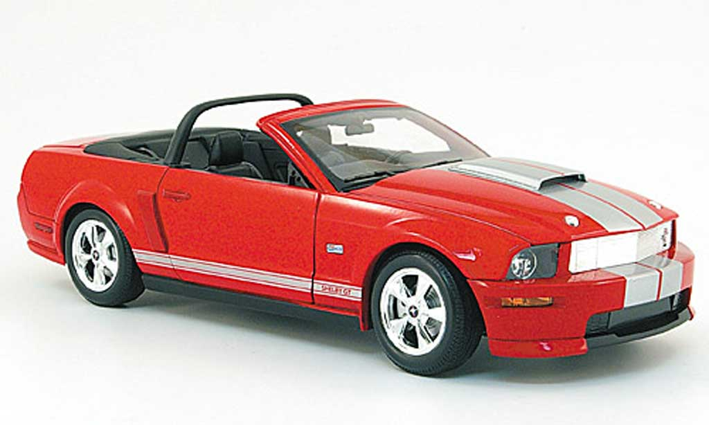 Shelby GT 1/18 Shelby Collectibles cabriolet rouge avec bandes blanches 2008
