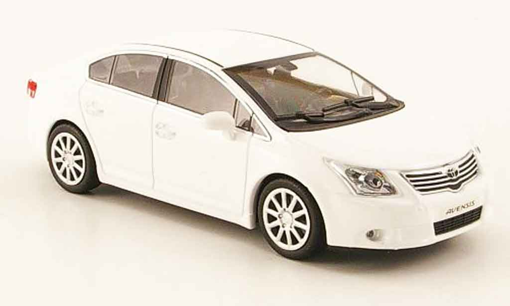 Toyota Avensis 1/43 Minichamps blanche 2009