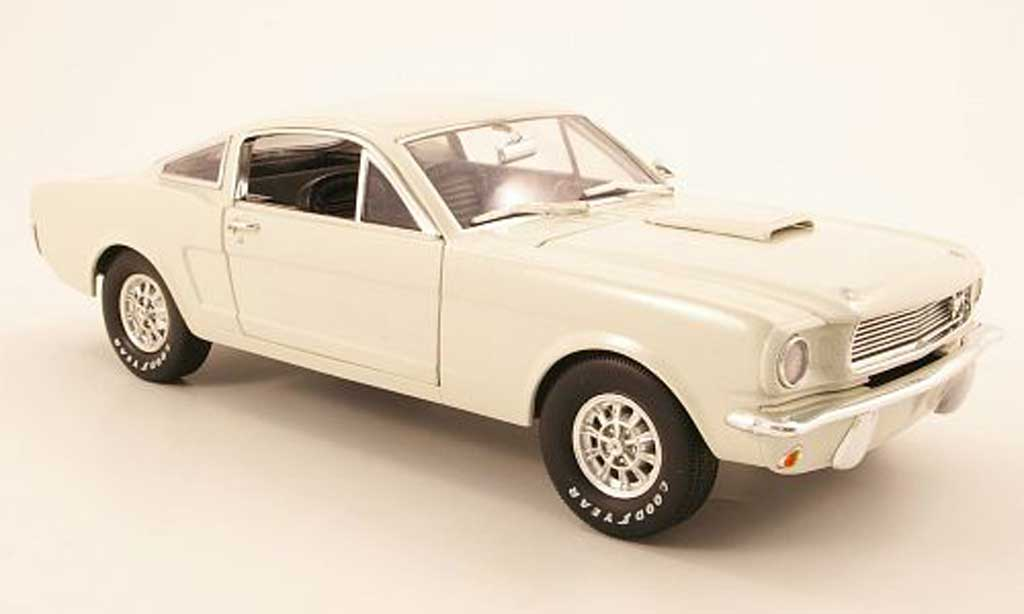 Shelby GT 350 1966 1/18 Shelby Collectibles bianca miniatura