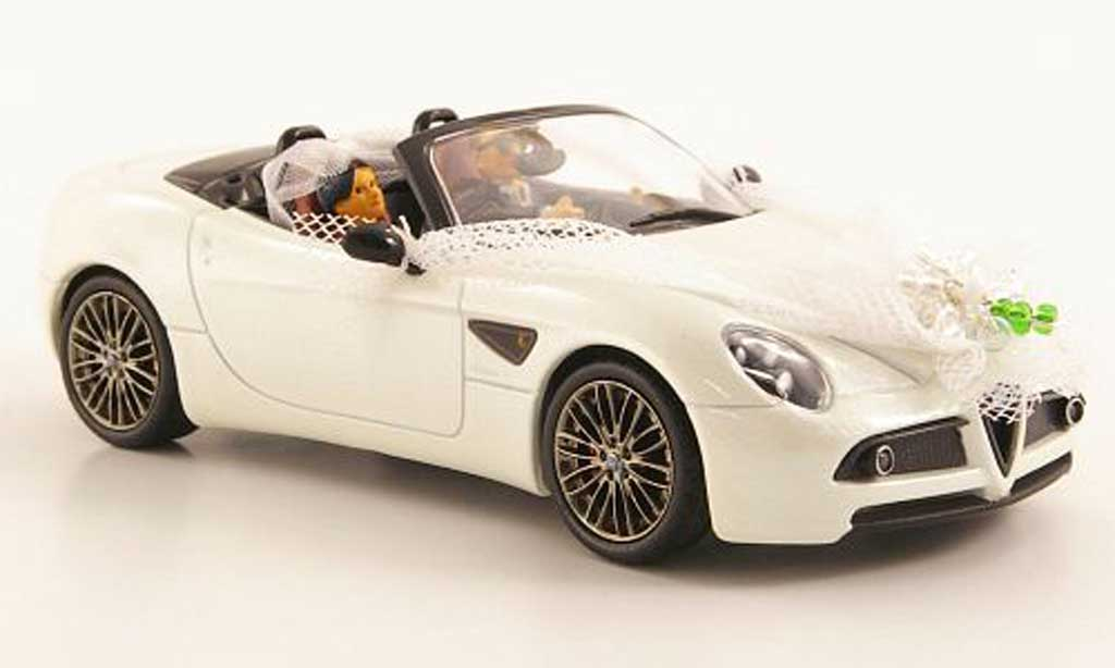 Alfa Romeo 8C 1/43 M4 Spyder white Just Married avec 2 Figuren diecast