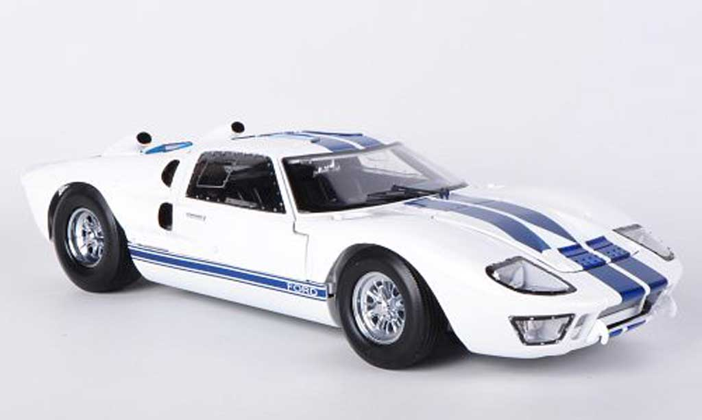 Ford GT 40 1/18 Shelby Collectibles MkII blanche/bleu 1966 miniature