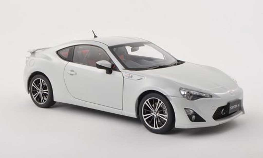 Toyota 86 2012 1/18 Autoart GT Limited (Asian Version/RHD) blanche miniature
