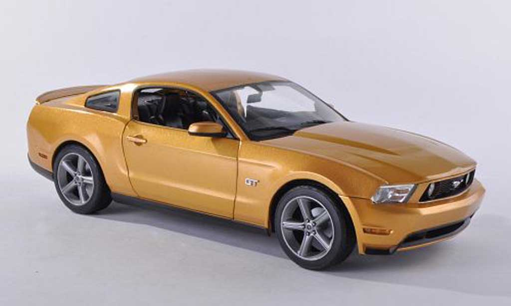 Ford Mustang 2010 1/18 Greenlight GT dore miniature