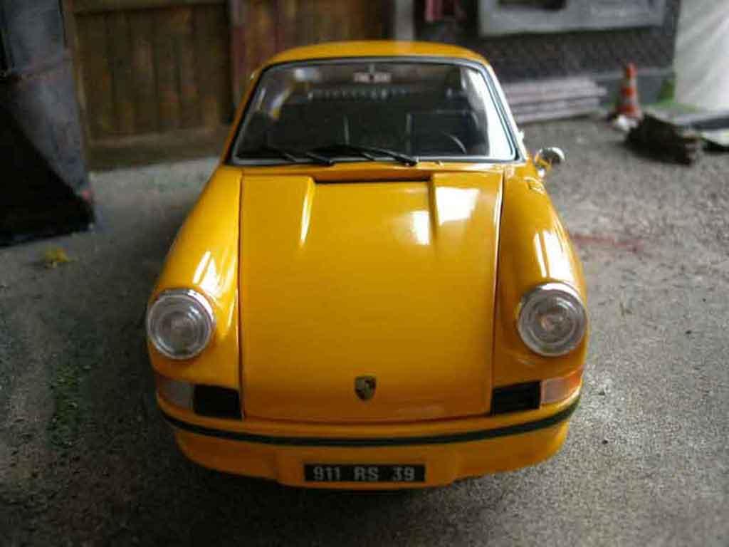 Porsche 911 RS 1/18 Universal Hobbies 2.7 amarillo miniatura