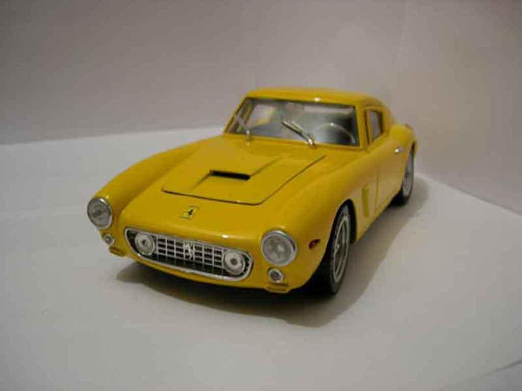 Ferrari 250 GT 1961 1/18 Universal Hobbies berlinette miniatura