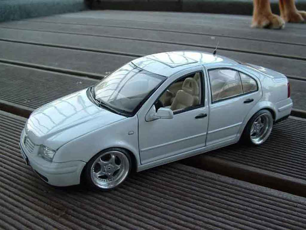 Volkswagen Bora 1/18 Norev blanche miniature