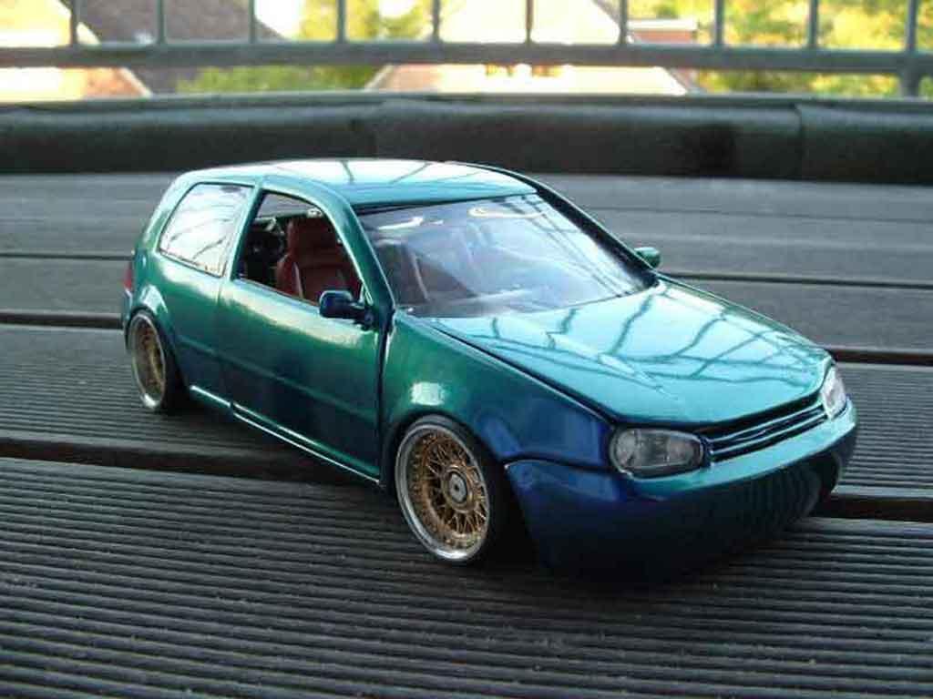Volkswagen Golf 4 GTI 1/18 Revell cameleon miniature