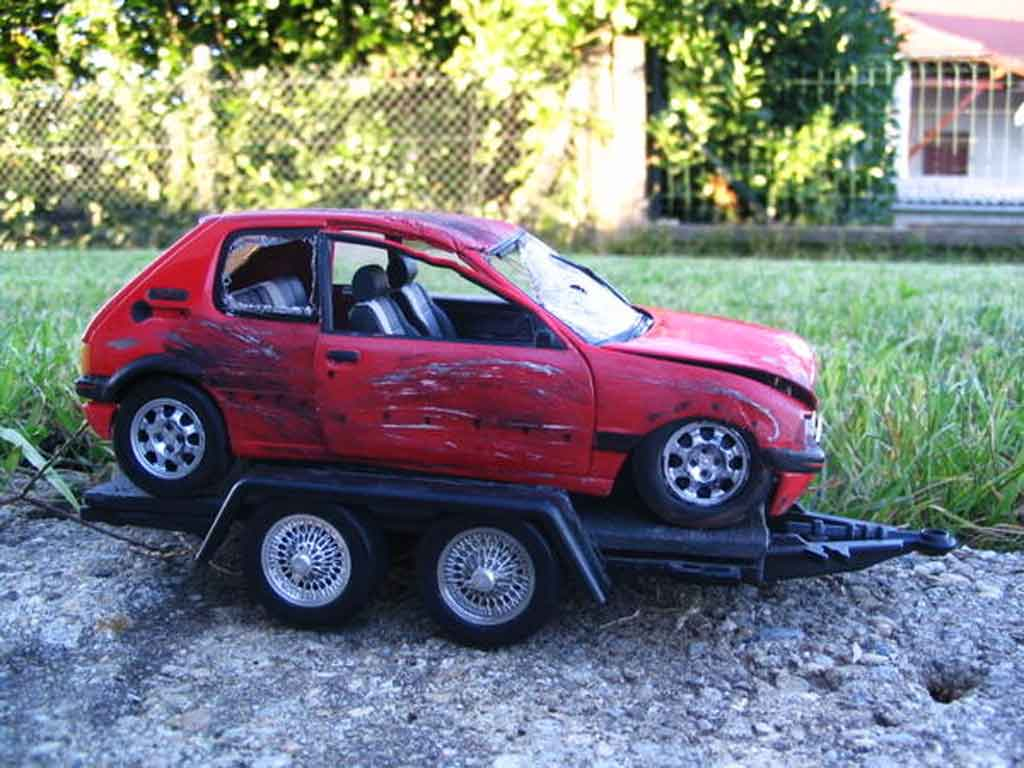 Peugeot 205 GTI 1/18 Solido 1.9 Rouge Vallelunga roja accidentee miniatura