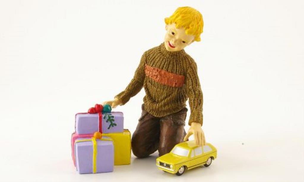 Volkswagen Golf I 1/90 Schuco jaune mit Figur miniature