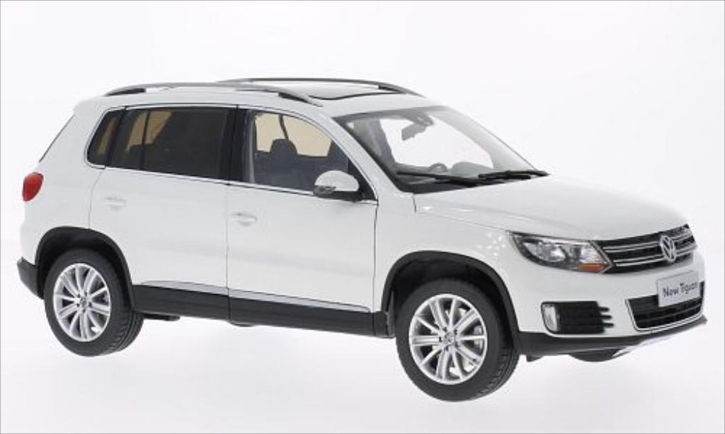 Volkswagen Tiguan 1/18 Paudi white 2013 diecast