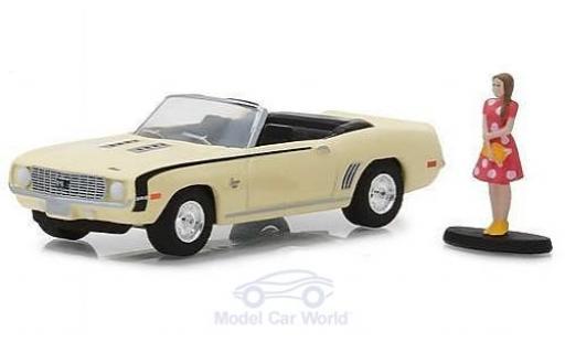 Chevrolet Camaro SS 1/64 Greenlight Convertible jaune 1969 mit einer weiblichen Figur miniature
