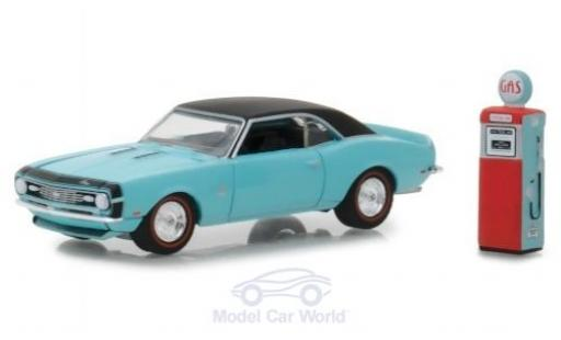 Chevrolet Camaro SS 1/64 Greenlight metallic-hellbleue/noire 1968 mit Zapfsäule miniature