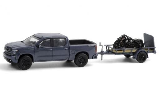 Chevrolet Silverado 1/64 Greenlight metallise bleue 2020 avec Indian Scout Bobber remorque d´une axe et Auffahrrampe miniature