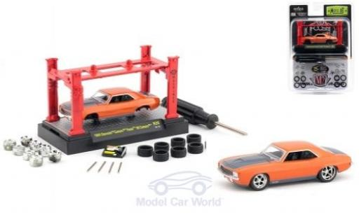Chevrolet Camaro RS 1/64 M2 Machines orange/grise Foose 69 1969 Model-Kit Bausatz inklusive 4 Ersatzrädern miniature