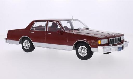 Chevrolet Caprice Classic 1/18 MCG Sedan metallise rouge 1985 les portes et capos fermé miniature
