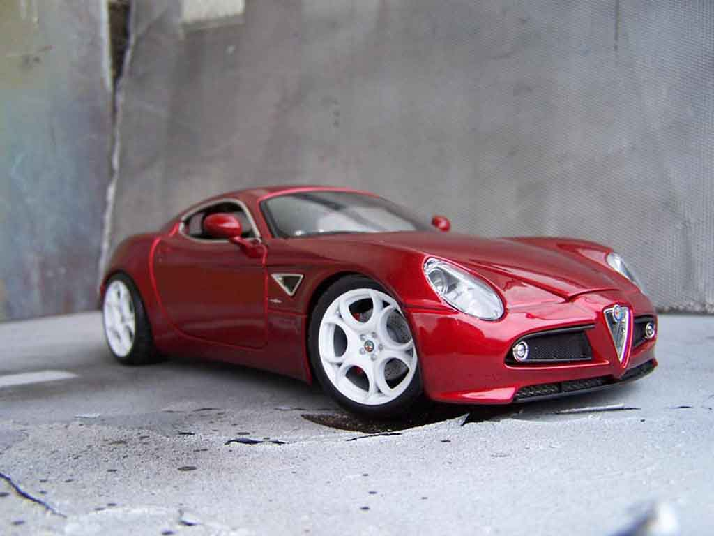 Alfa Romeo 8C Competizione 1/18 Welly rouge tuning miniature