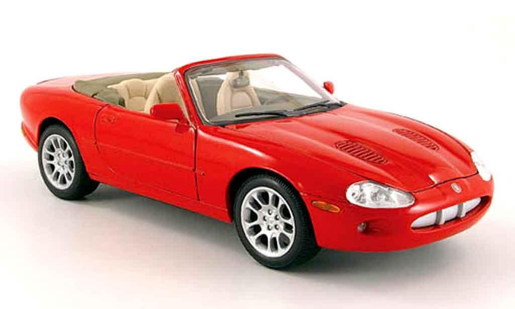 Miniature Jaguar XKR Cabriolet rouge Maisto. Jaguar XKR Cabriolet rouge miniature 1/18