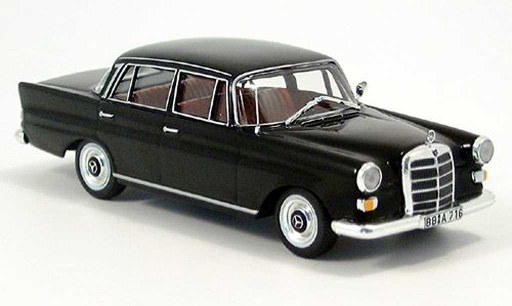 Mercedes 200 1/43 IXO D (W110) noire miniature
