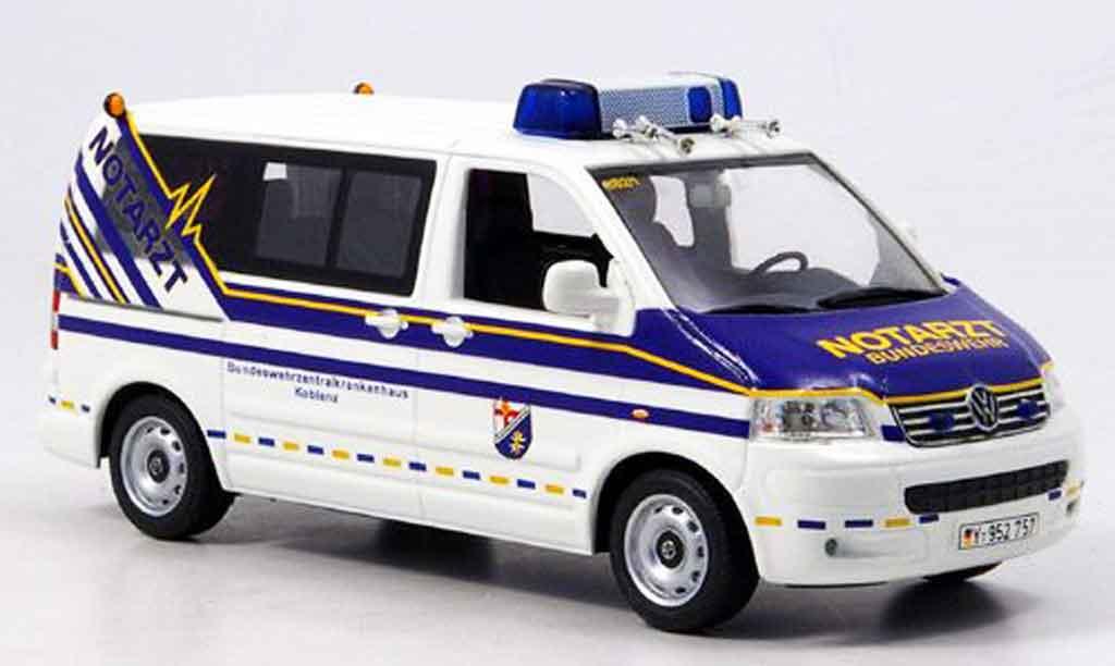 volkswagen combi miniature t5 transporter bundeswehr notarzt 2002 minichamps 1 43 voiture. Black Bedroom Furniture Sets. Home Design Ideas