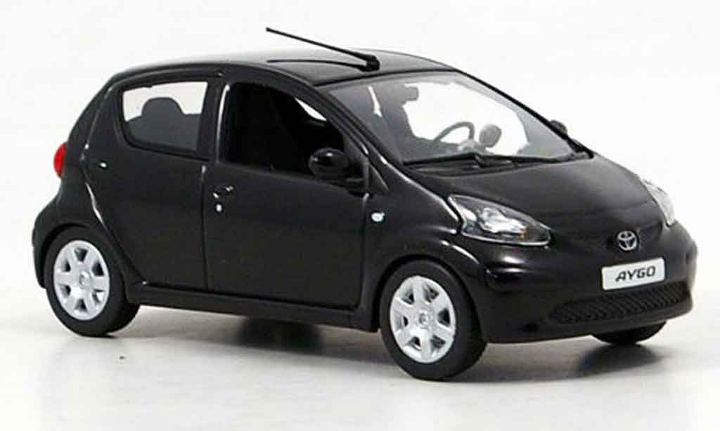toyota aygo schwarz 2005 minichamps modellauto 1 43. Black Bedroom Furniture Sets. Home Design Ideas