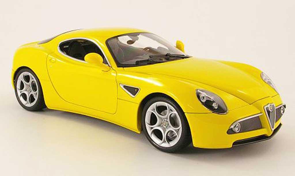 Alfa Romeo 8C Competizione 1/18 Welly jaune miniature