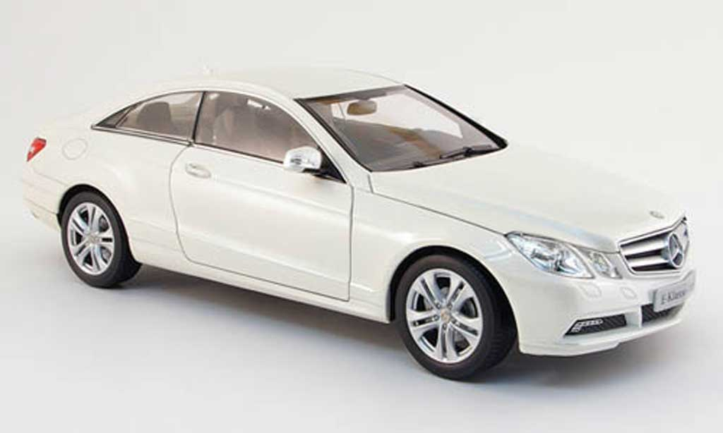 mercedes classe e miniature coupe c 207 blanche 2009 norev 1 18 voiture. Black Bedroom Furniture Sets. Home Design Ideas