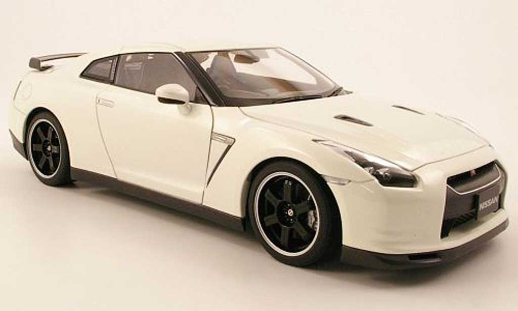 nissan skyline r35 miniature gtr spec v blanche autoart 1. Black Bedroom Furniture Sets. Home Design Ideas
