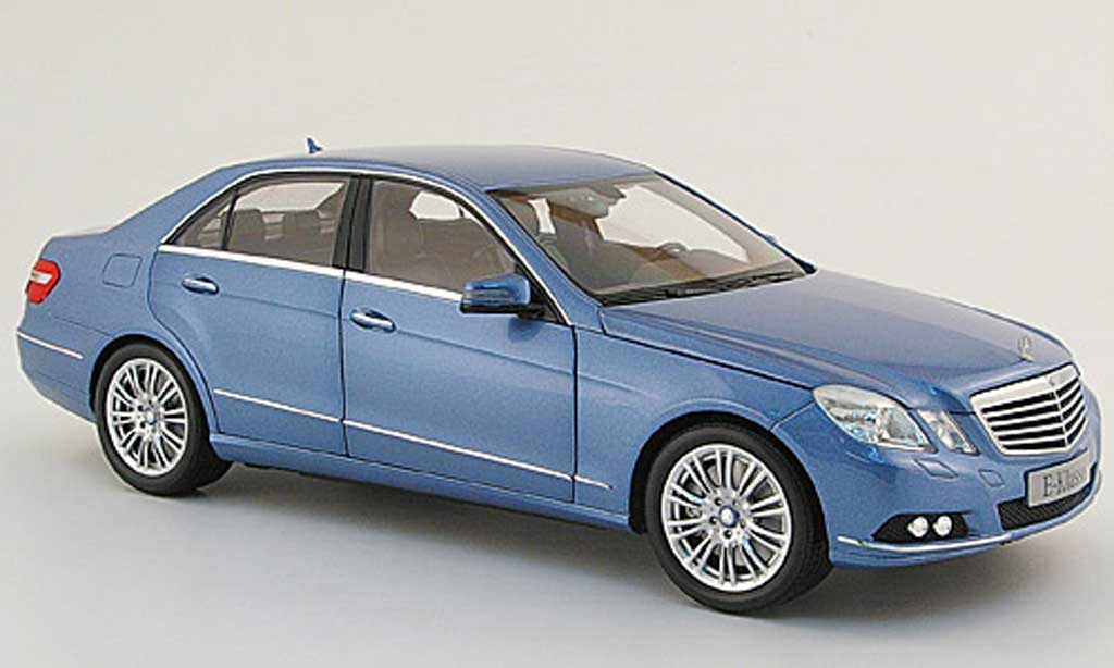 mercedes classe e miniature w 212 bleu 2009 minichamps 1 18 voiture. Black Bedroom Furniture Sets. Home Design Ideas