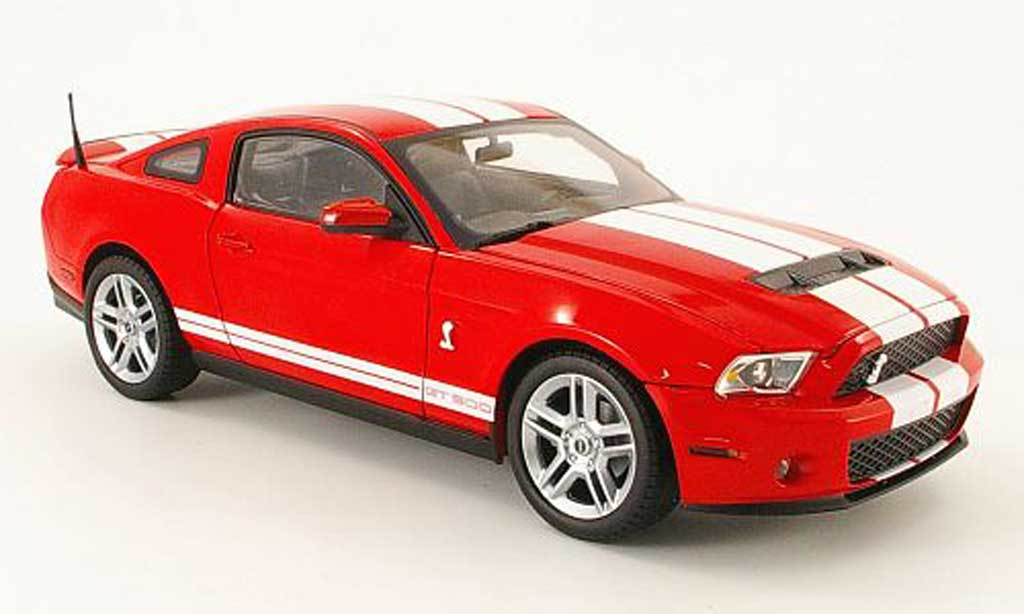 Shelby GT 500 1/18 Shelby Collectibles rouge avec blanche bandes 2010 miniature