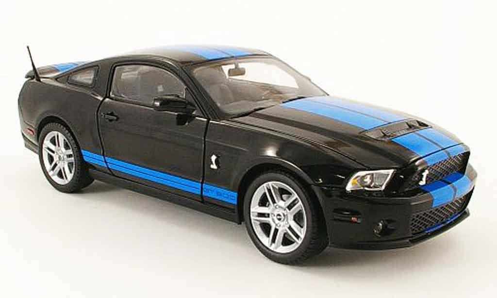 Shelby GT 500 1/18 Shelby Collectibles noire avec bleuen bandes 2010 miniature