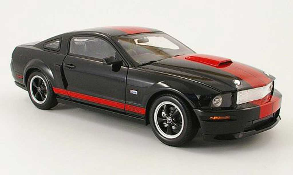 Shelby GT 1/18 Shelby Collectibles coupe noire/rouge barrett-jackson edition 2008 miniature
