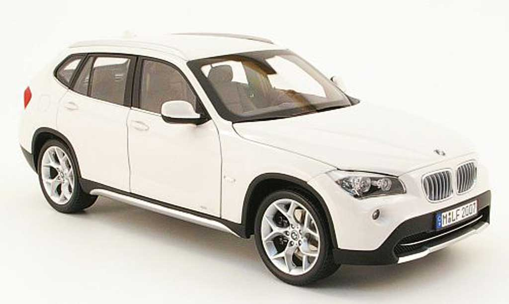 bmw x1 miniature xdrive blanche kyosho 1 18 voiture. Black Bedroom Furniture Sets. Home Design Ideas