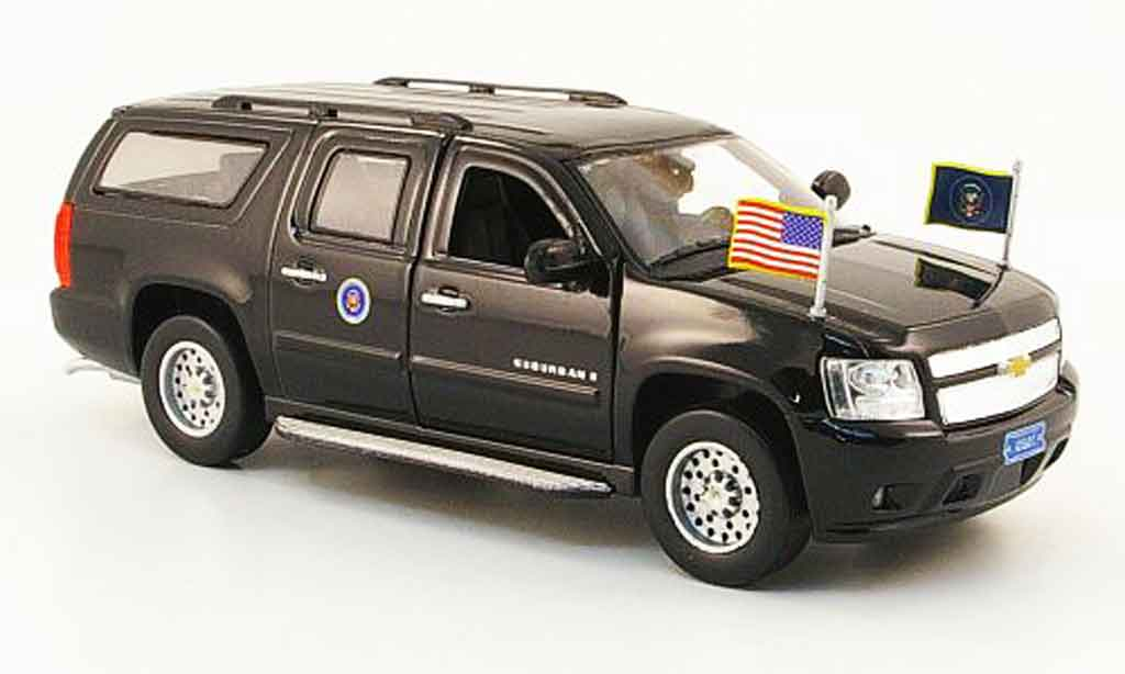Chevrolet Suburban 1/43 Luxury Die Cast Presidential noire 2009 2010 miniature