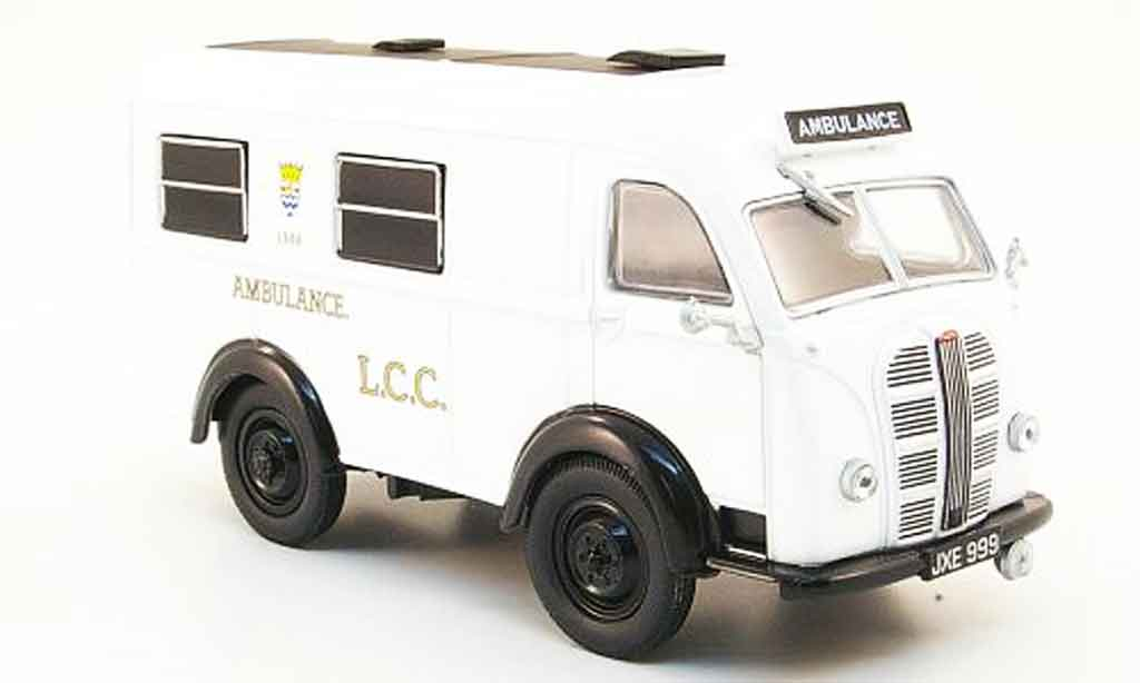 Austin LCC 1/43 Oxford Welfarer Ambulance miniature