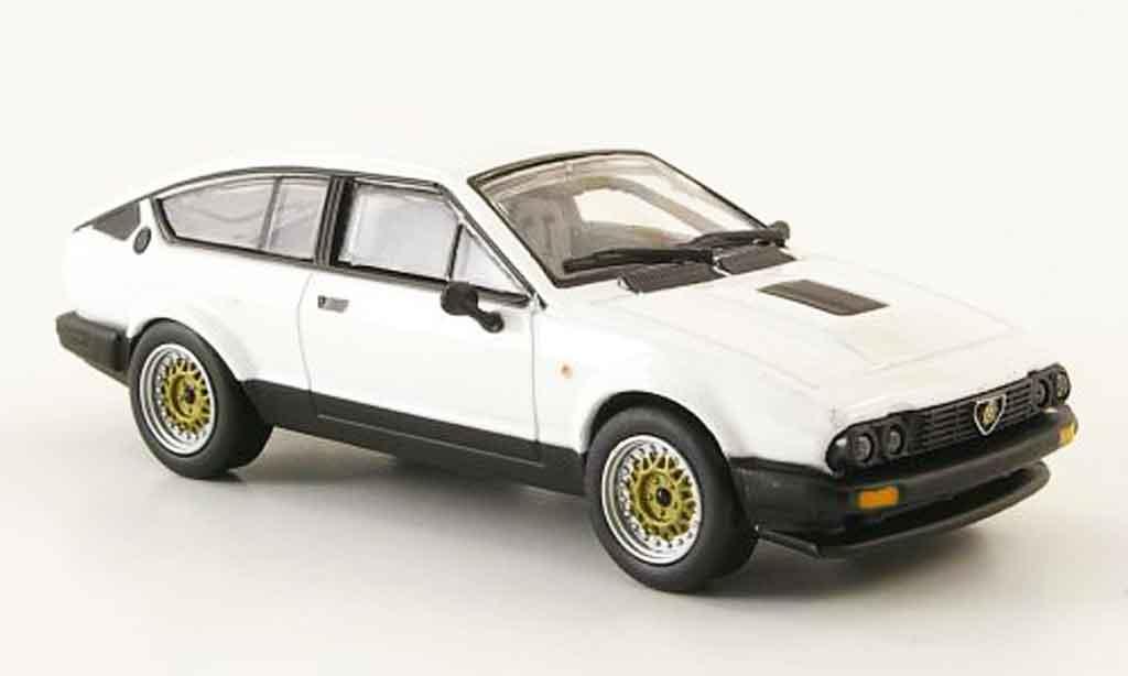 alfa romeo gtv 2 5 v6 weiss 1980 mcw modellauto 1 43 kaufen verkauf modellauto online. Black Bedroom Furniture Sets. Home Design Ideas
