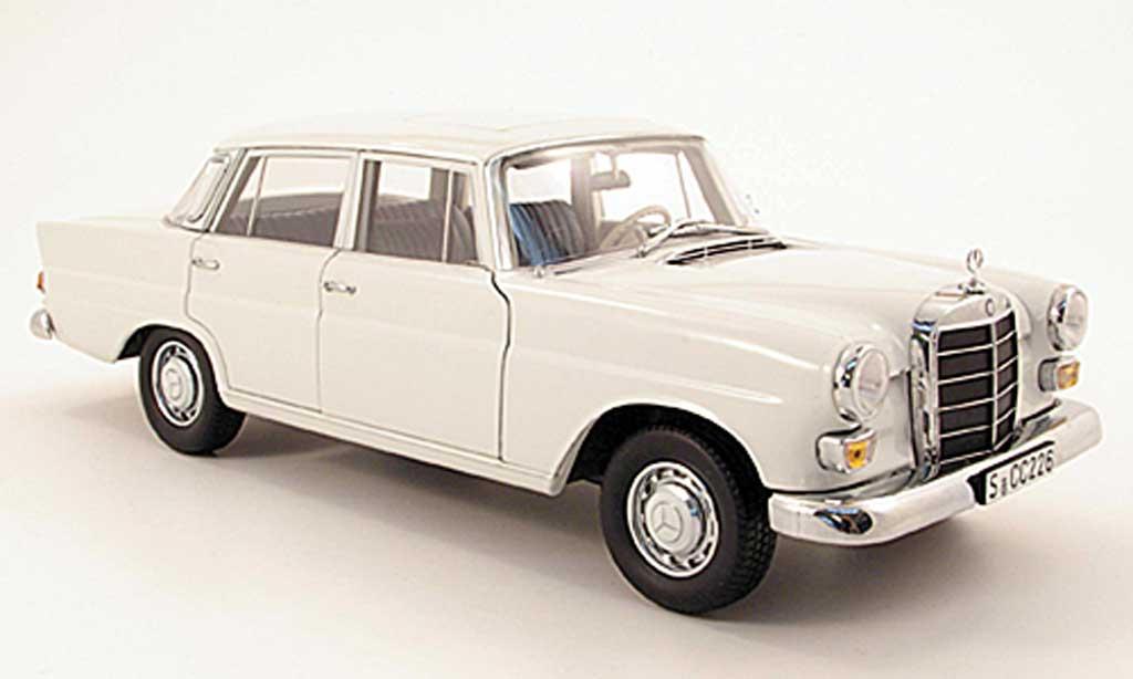 Mercedes 200 1/18 Norev (W110) blanche miniature