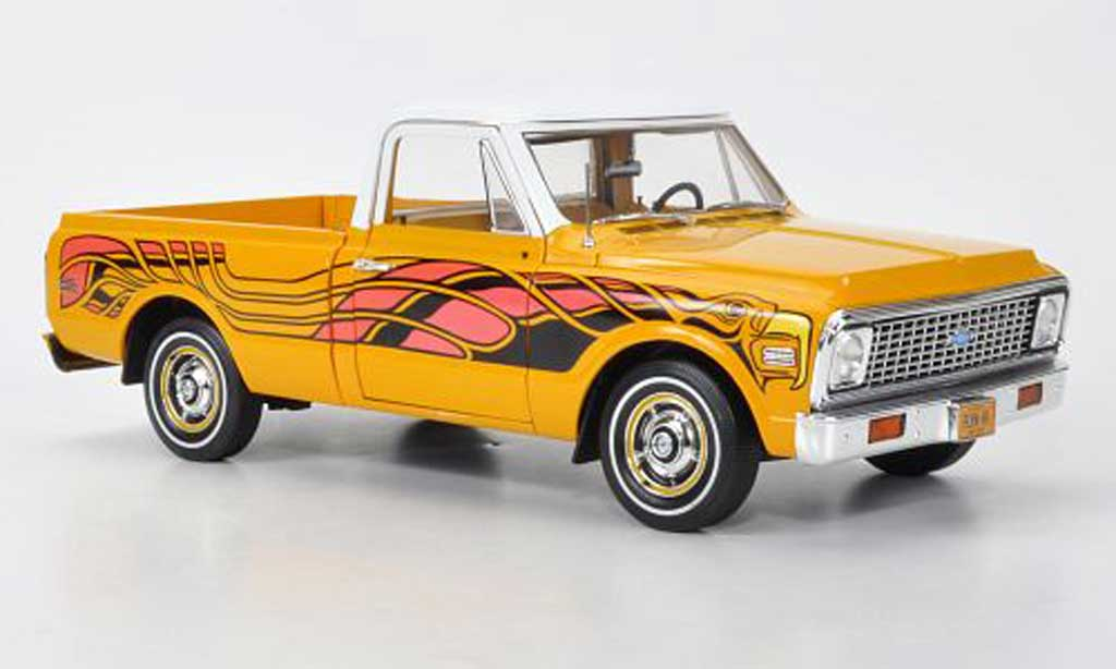 Chevrolet C-10 1/18 Highway 61 Fleetside Pick Up jaune/blanche mit Dekoration 1969 miniature