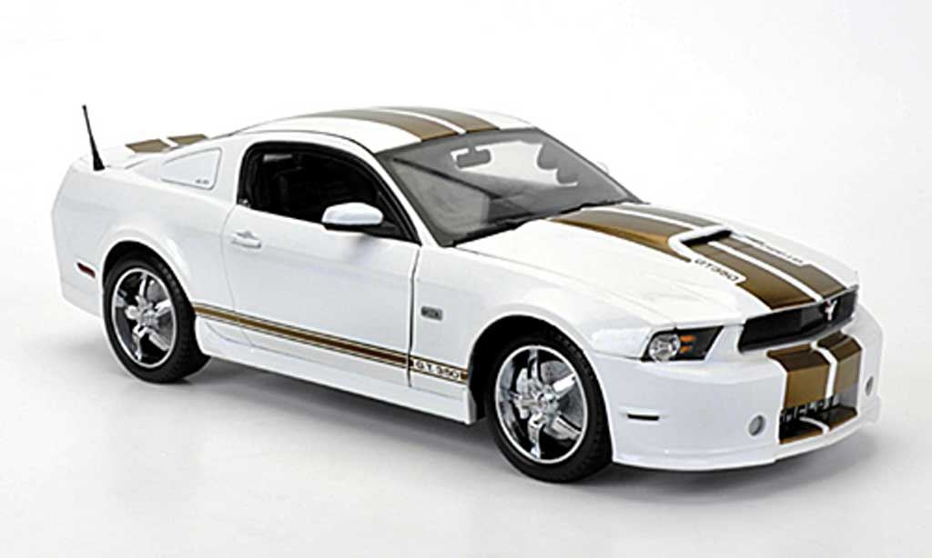 Shelby GT 350 2012 1/18 Shelby Collectibles blanche avec goldenen bandes miniature