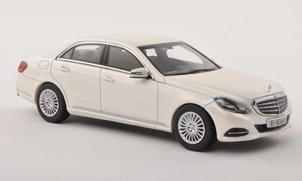 mercedes classe e miniature w212 blanche 2013 kyosho 1 43 voiture. Black Bedroom Furniture Sets. Home Design Ideas
