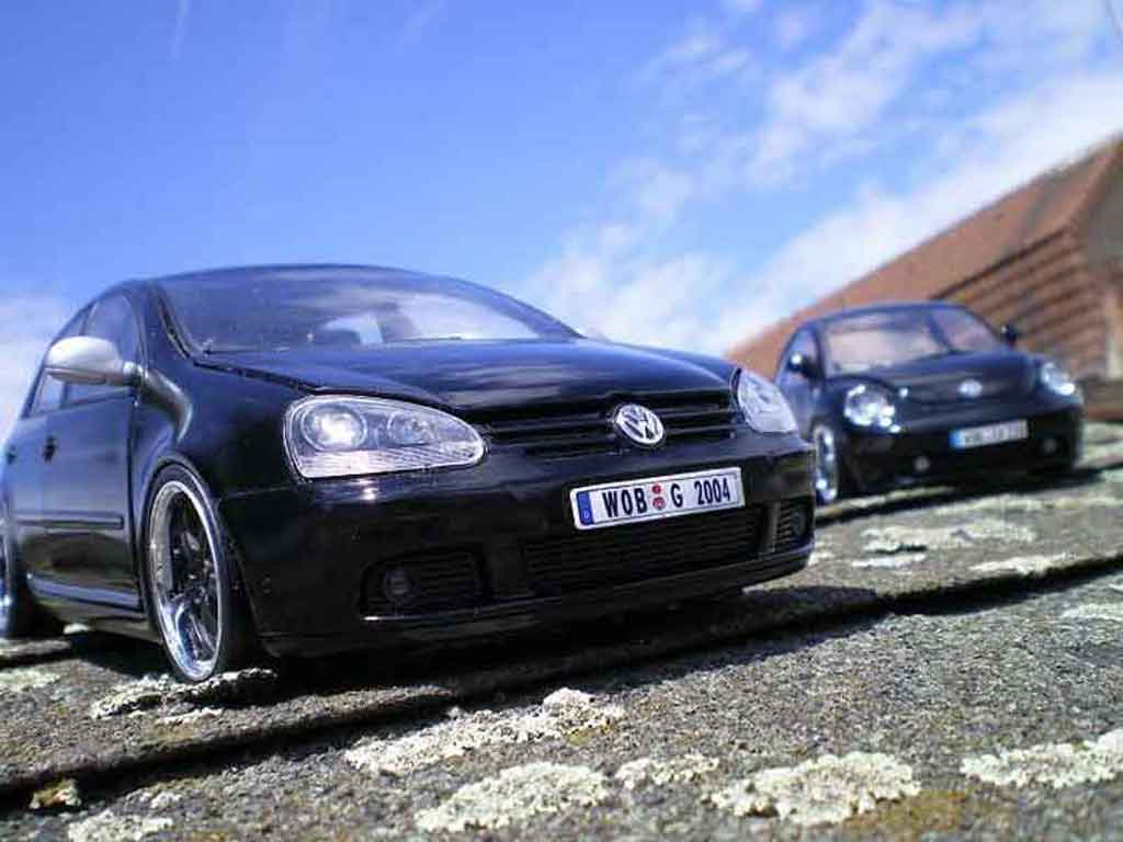 Volkswagen Golf V GTI 1/18 Burago men in black 2
