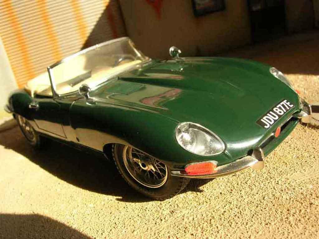 Jaguar E-Type 1961 1/18 Burago 1961 grun miniature