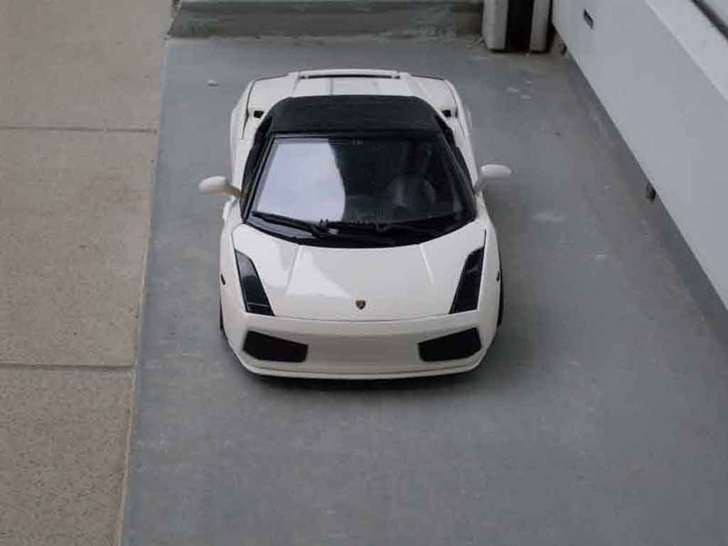 Voiture de collection Lamborghini Gallardo Spyder blanche tuning Maisto. Lamborghini Gallardo Spyder blanche miniature 1/18