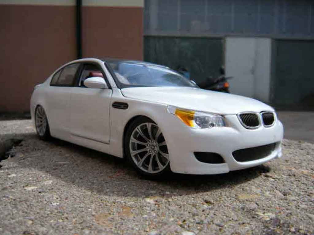 Bmw M5 E60 1/18 Maisto white et black