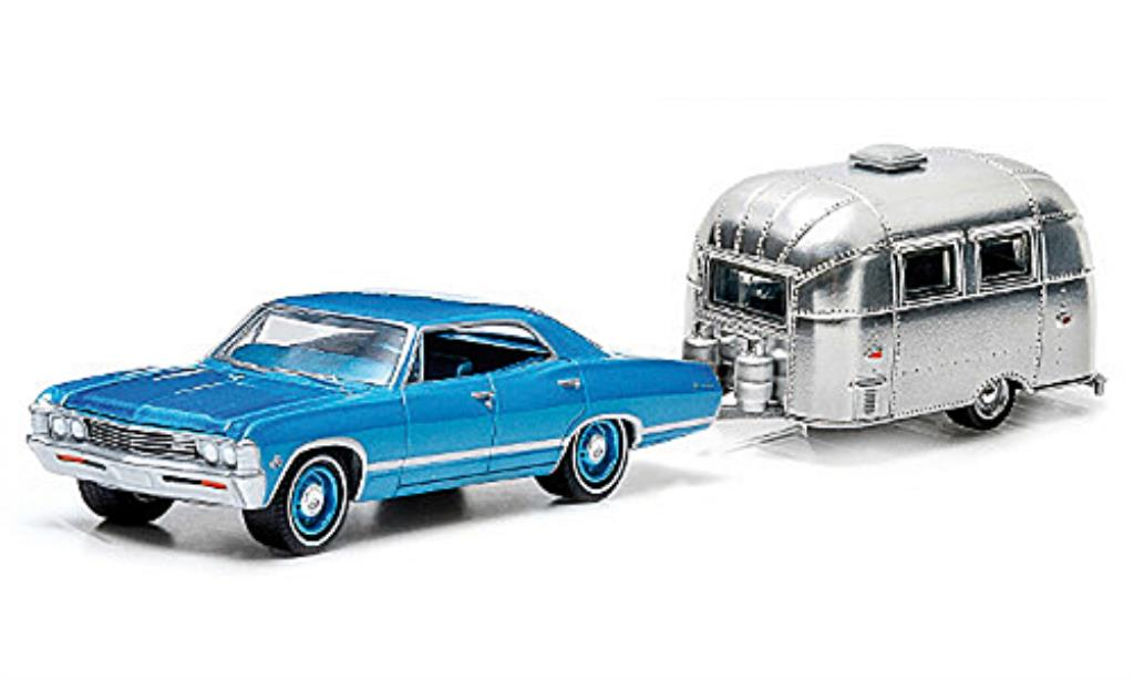 Chevrolet Impala 1/64 Greenlight Sport Sedan bleu und Airstream 16 Bambi 1967 miniature