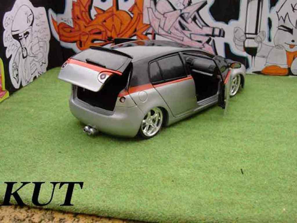Volkswagen Golf V GTI 1/18 Burago suspensions pneumatiques